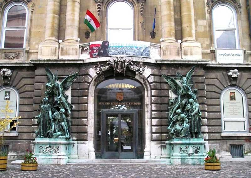 Entrada principal Museo de Historia de Budapest